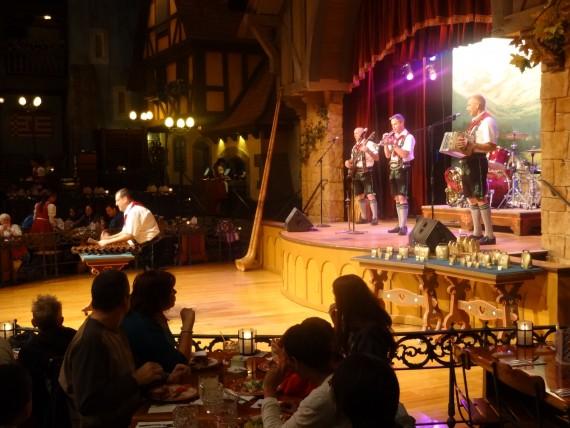 Ponto Orlando Restaurantes na Disney Biergarten 004